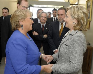 U.S. SOLIDARITY WITH CHILE . -  President Michelle Bachelet and Secretary of State Hillary Clinton. U.S. Ambassador to Chile Paul Simons, Assistant Secretary of State for Western Hemisphere Affairs Arturo Valenzuela are in background